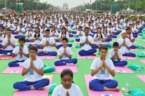 International Yoga Day 2015 in New Delhi. Von Narendra Modi - International Yoga Day, CC BY-SA 2.0